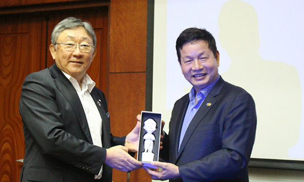 Chủ tịch FPT Trương Gia (phải) vàGĐ Điều hành cấp cao kiêm TGĐ Đơn vị kinh doanh truyền thông và kỹ thuật số Sumitomo Toshikazu Nambu