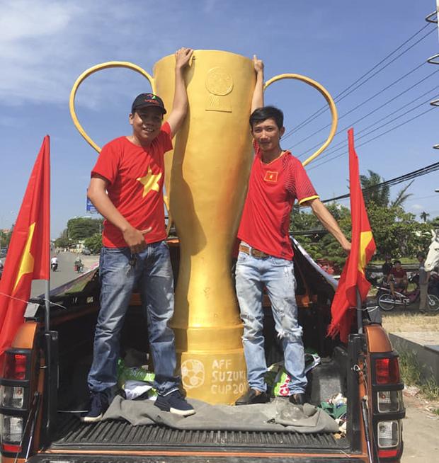 Chiếc Cup khổng lồ do anh Nguyễn Đức Tân (trái) nảy ra ý tưởng và hội nghệ nhân Thủ Dầu Một hiện thực hóa.