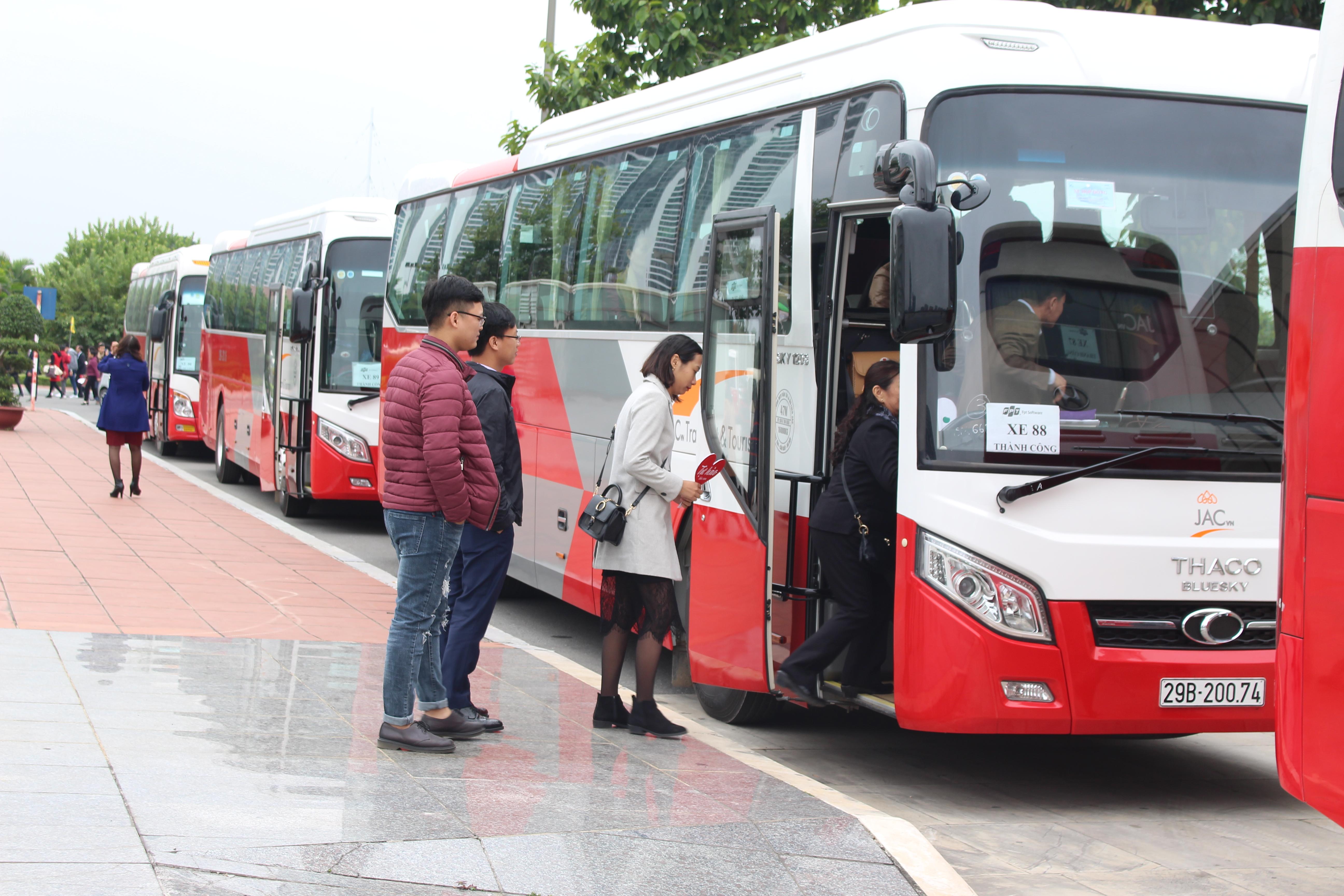 Sau phần lễ của chương trình, các phụ huynh sẽ lên xe bus do BTC chuẩn bị trước để đến tham quan nơi làm việc của con mình tại Hòa Lạc, Cầu Giấy, Keangnam, VPI và Thành Công. 90 xe bus được huy động để phục vụ hơn 3.000 phụ huynh đến tham quan các văn phòng của FPT Software khu vực Hà Nội. Ngày Phụ huynh FPT Software lần đầu được tổ chức vào năm 2006. Người đưa ra ý tưởng là nguyên Chủ tịch FPT Software Nguyễn Thành Nam. Trong chuyến thăm phụ huynh của một CBNV qua đời, anh Nam ấn tượng mạnh trước hình ảnh thân nhân của cán bộ cảm động với sự quan tâm của công ty. Từ đó, anh nhen nhóm ý tưởng về một ngày mời tất cả phụ huynh của đơn vị đến gặp mặt lãnh đạo, tìm hiểu về nơi con mình làm việc và để CBNV thêm dịp nhớ đến công sinh thành của cha mẹ. Theo truyền thống của đơn vị, cứ năm chẵn, Ngày Phụ huynh sẽ tổ chức gặp mặt. Còn năm lẻ, công ty sẽ gửi thiệp tới các bậc sinh thành. Trước đó, FPT Software cũng đã đón tiếp và tri ân gần 5.000 phụ huynh khu vực miền Nam (tại TP HCM) và khu vực miền Trung (tại Đà Nẵng) vào các ngày 8 và 14/12 vừa qua.Ảnh:Diệu Anh.