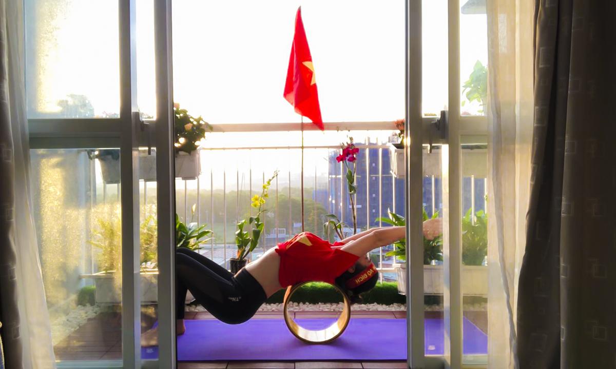 Sau một đêm rực lửa cùng gần trăm triệu con tim Việt Nam, chị Cao Hoài Thương, FPT Telecom, bắt đầu ngày mới bằng các bài tập yoga như hằng ngày, nhưng hôm nay, thay vì mặc trang phục tập thông thường, chị chọn chiếc áo cờ đỏ sao vàng để thể hiện niềm tự hào đối với đội tuyển.