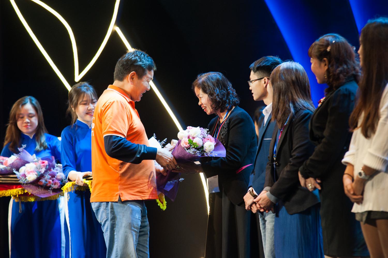 """Chủ tịch FPT Trương Gia Bình trao quà cho các phụ huynh và CBNV giành giải trong cuộc thi sáng tác """"Lưu giữ yêu thương"""" được phát động trước đó."""