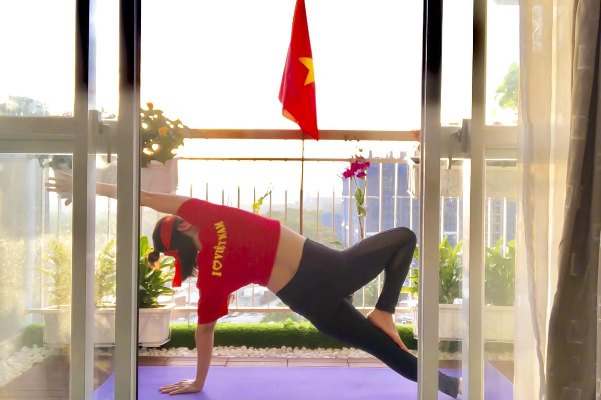 """Mặt sau của áo có dòng chữ """"Tôi yêu Việt Nam""""."""