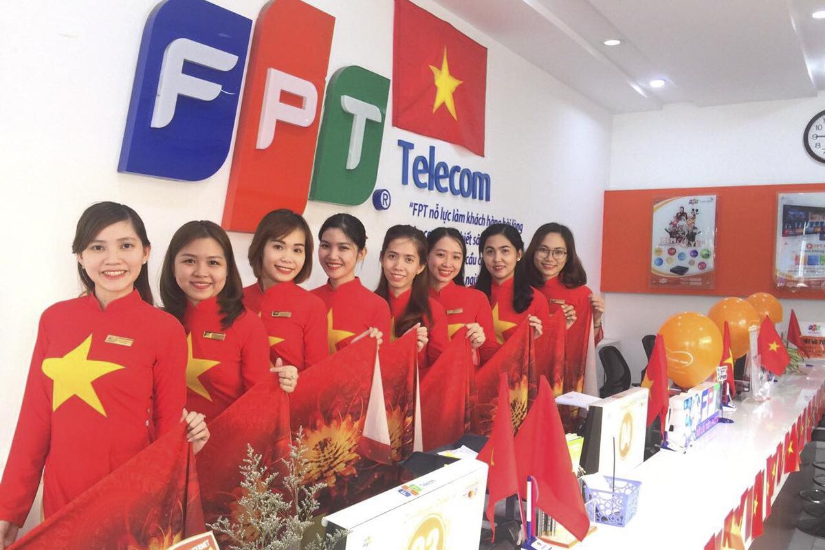Trước đó, TGĐ FPT Bùi Quang Ngọc ra quyết định mặc áo cam đồng phụcvào thứ Hai, nhưng hôm nay là ngoại lệ, rất nhiều các cô gái Chăm sóc khách hàng tại quầy giao dịch của các đơn vị vẫn mặc áo dài trong sắc cờ Tổ quốc trong không khí cả nước vẫn còn lâng lâng trong men say chiến thắng của đội tuyển Việt Nam.