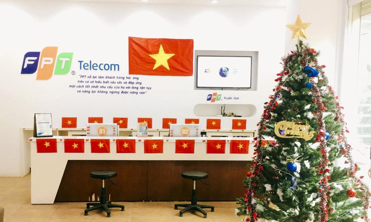 """Ở phía Bắc, trong không khí Giáng sinh sắp đến gần, quầy giao dịch FPT Telecom Bắc Ninh lại thêm sắc đỏ để góp thêm """"lửa"""" cho Viễn thông FPT toàn quốc."""