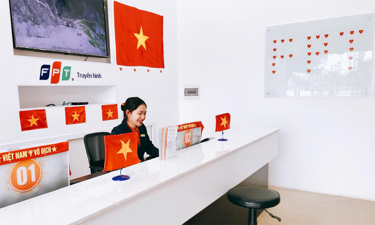 """Trên những chiếc máy tính tại quầy, băng rôn với dòng chữ """"Việt Nam vô địch"""" cũng là tiếng nói vang vọng trong 95 triệu con tim người Việt Nam trong đêm 15/12."""