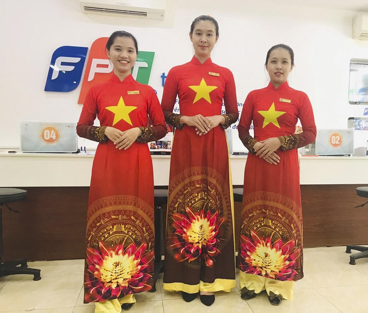 Một sự trùng hợp ngẫu nhiên khi các nữ nhân viên giao dịch tại FPT Telecom Bình Dương có cùng mẫu trang phục với những đồng nghiệp tại Trung tâm kinh doanh Sài Gòn 5. Trước đó, anh Nguyễn Đức Tân, Giám đốc Trung tâm kinh doanh số 3 FPT Telecom Bình Dương đã thực hiện ý tưởng đúc cup đồng khổng lồ nặng 130kg diễu hành quanh thành phố Thủ Dầu Một 1 giờ đồng hồ trước khi tiếng còi khai cuộc trận chung kết AFF Suziki Cup 2018 vang lên.