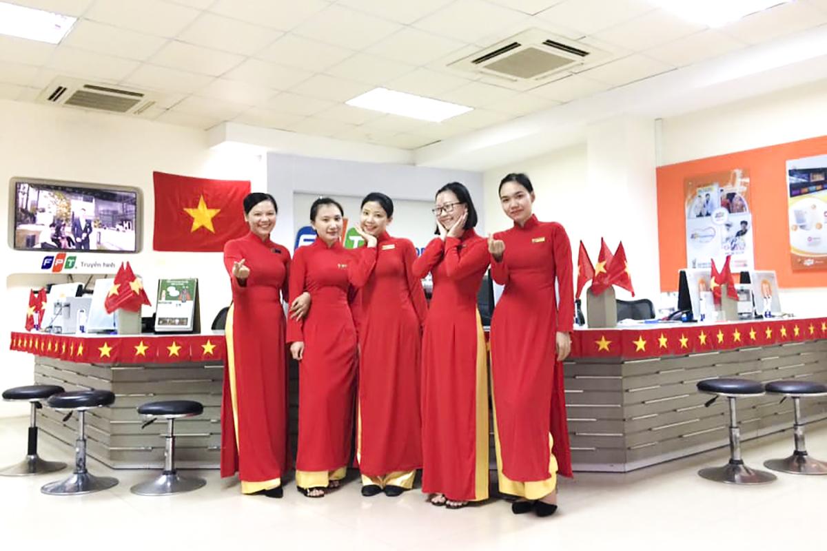 Chung sắc áo, những CBNV nữ đến từ mảnh đất Nam Trung bộ - FPT Telecom Khánh Hòa cũng vô cùng duyên dáng.