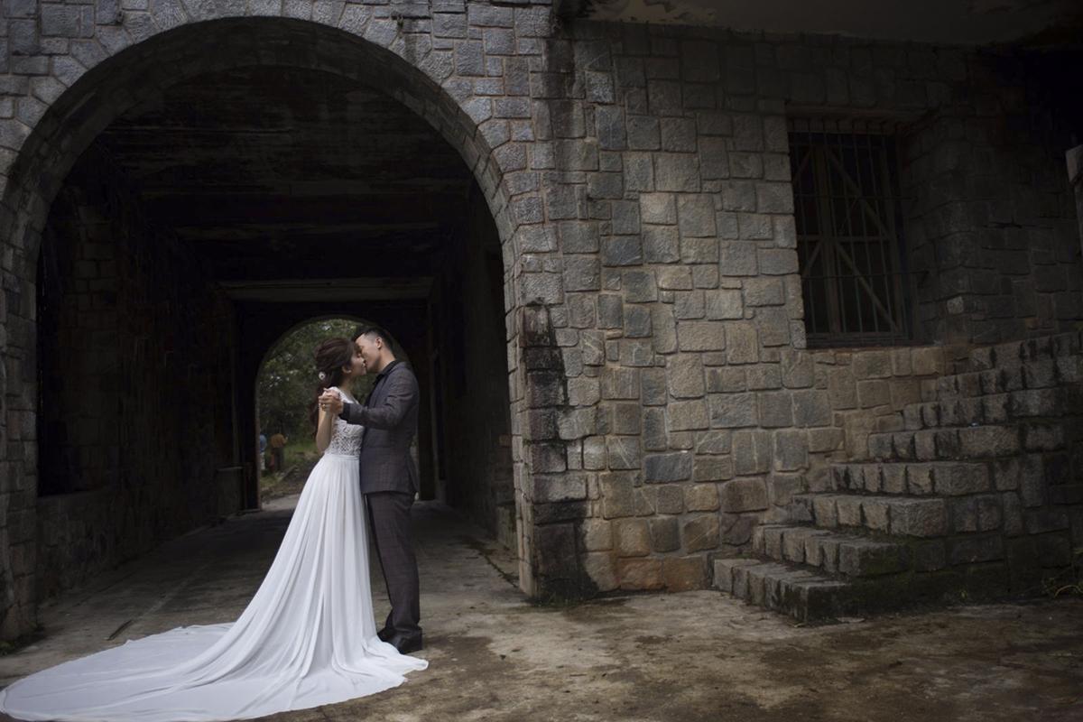 Trong trang phục cưới trang trọng, cả hai đều không giấu được niềm hạnh phúc ngập tràn và đầy biểu cảm.