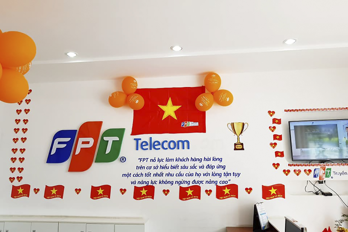 Sáng nay (17/12), dư âm chiến thắng của Việt Nam tại AFF Suzuki Cup 2018 vẫn còn và lan tỏa khắp các quầy giao dịch của FPT Telecom từ Bắc xuống Nam.