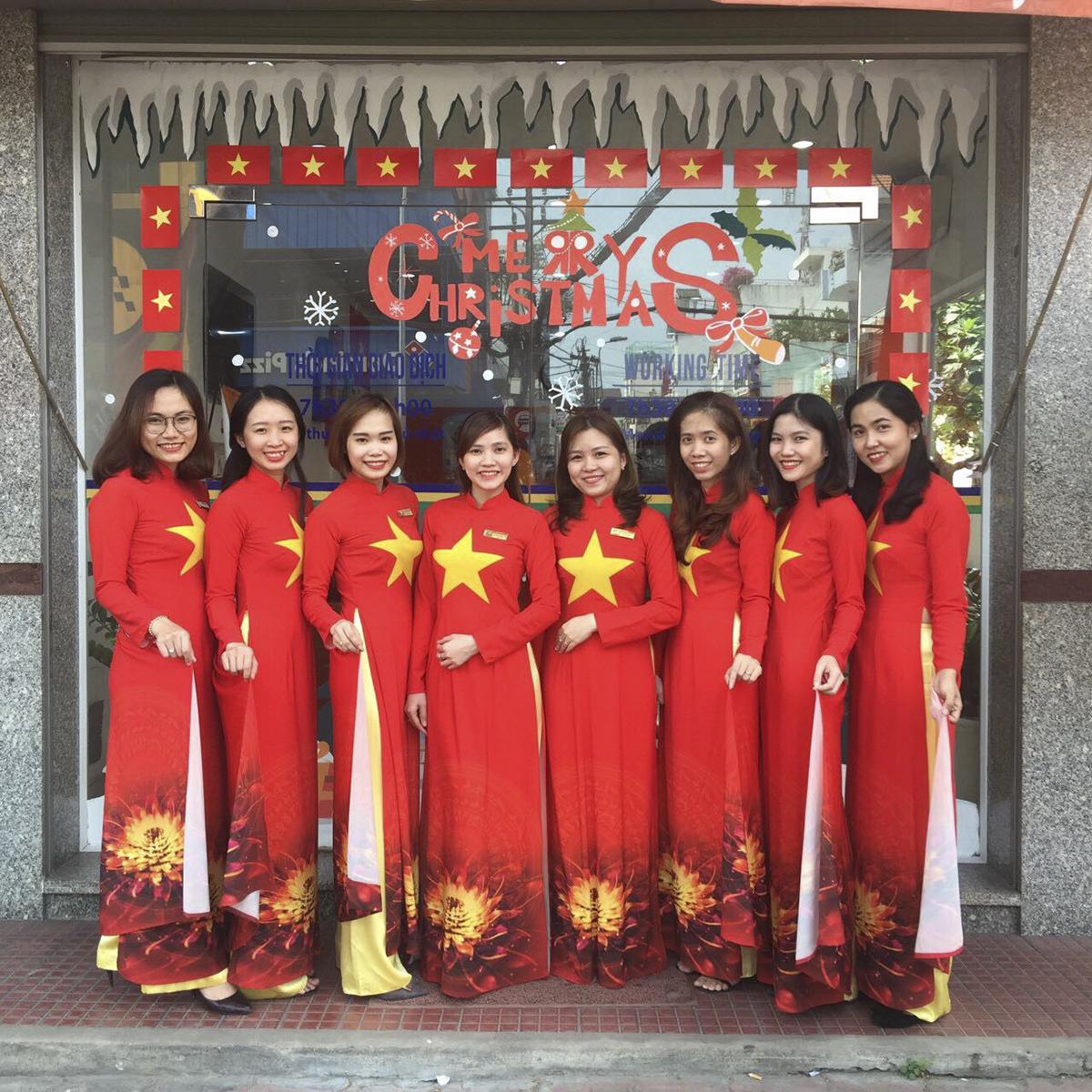 Tại TP HCM, CBNV nữ Trung tâm kinh doanh Sài Gòn 5tươi tắn trong sắc cờ đỏ sao vàng. Anh Phạm Công Tuấn, Trung tâm kinh doanh Sài Gòn 5, vô cùng hứng khởi trước sự thay đổi này.