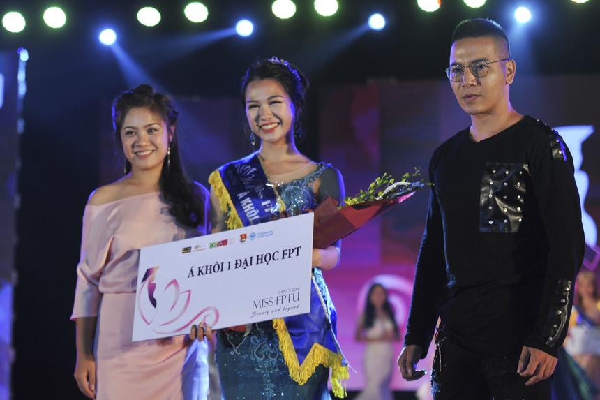 Ngày 2/12 vừa qua, Nguyễn Thị Thơ, sinh viên ngành Quản trị Kinh doanh đã vượt qua hàng loạt thí sinh để giành ngôi vị Á khôi 1 Miss FPTU 2018. Đây là thành quả xứng đáng cho những nỗ lực và sự thể hiện tuyệt vời của cô gái sinh năm 1997 trong suốt quá trình diễn ra cuộc thi. Ảnh: Trâm Nguyễn.