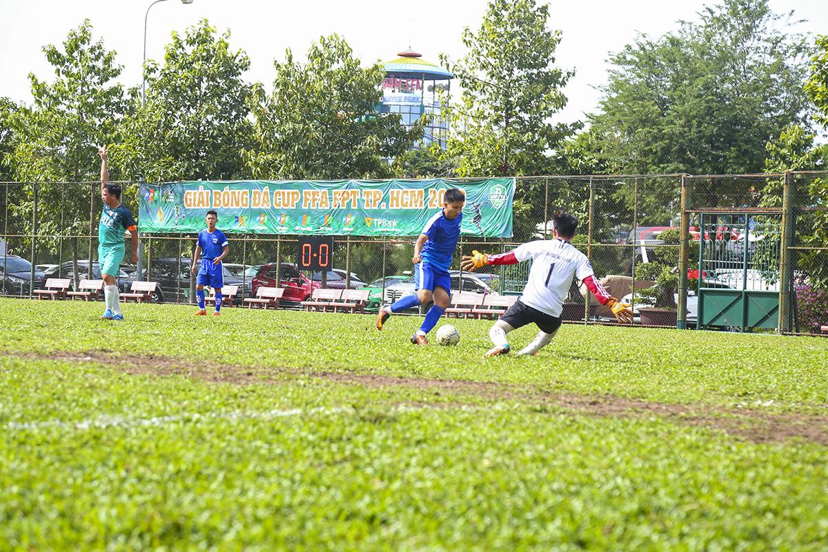 Nhập cuộc nhanh bằng lối chơi đôi công nhưng FPT Telecom tỏ ra lợi hại hơn trong những tình huống phối hợp ở giữa sân. Tuyến giữa của đội bóng áo lam thường xuyên thực hiện những đường chọc khe hoặc đường chuyền xẻ nách để xé toang hàng thủ nhà Hệ thống.