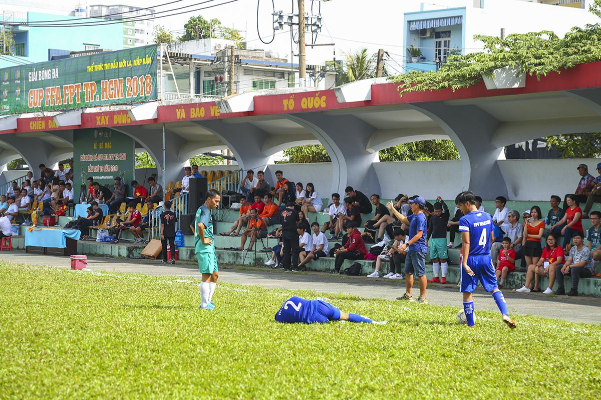 Với tính chất quyết liệt của trận đấu cuối cùng mùa giải, không ít va chạm đã xảy ra trên sân. Nhất là khi các cầu thủ FPT IS không còn cách nào khác để ngăn chặn những tình huống leo biên của FPT Telecom.