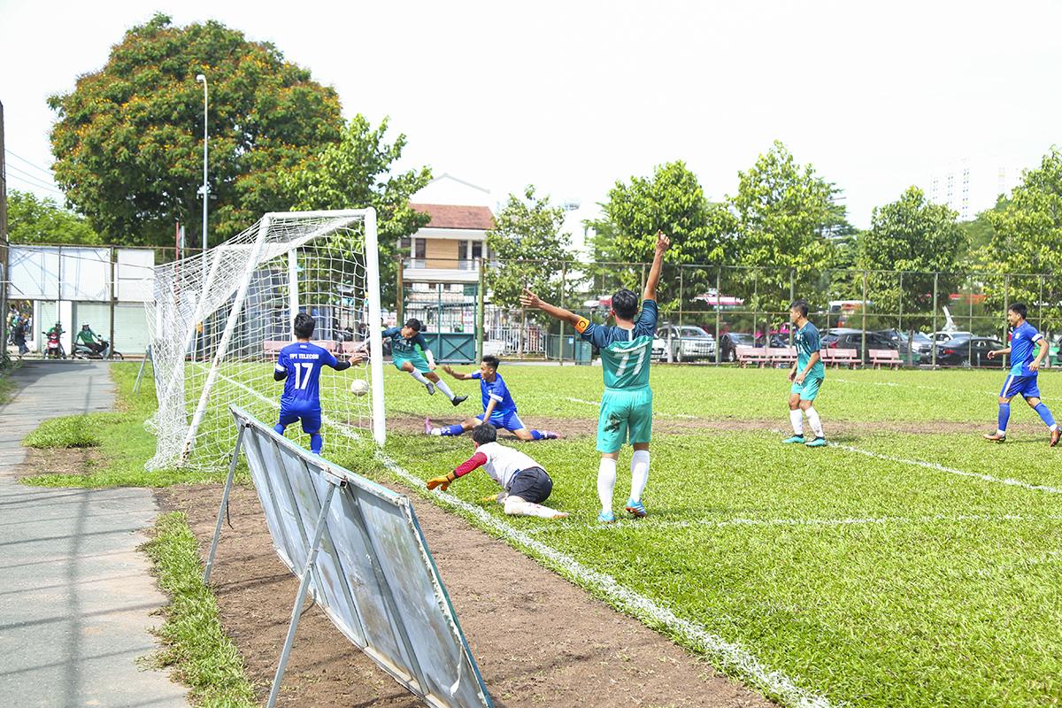 Họ đã suýt được ăn mừng khi lần thứ hai trong trận đấu đưa được bóng vào lưới FPT IS. Tuy nhiên, trọng tài đã căng cờ báo việt vị đối với tiền đạo của đội bóng áo lam.