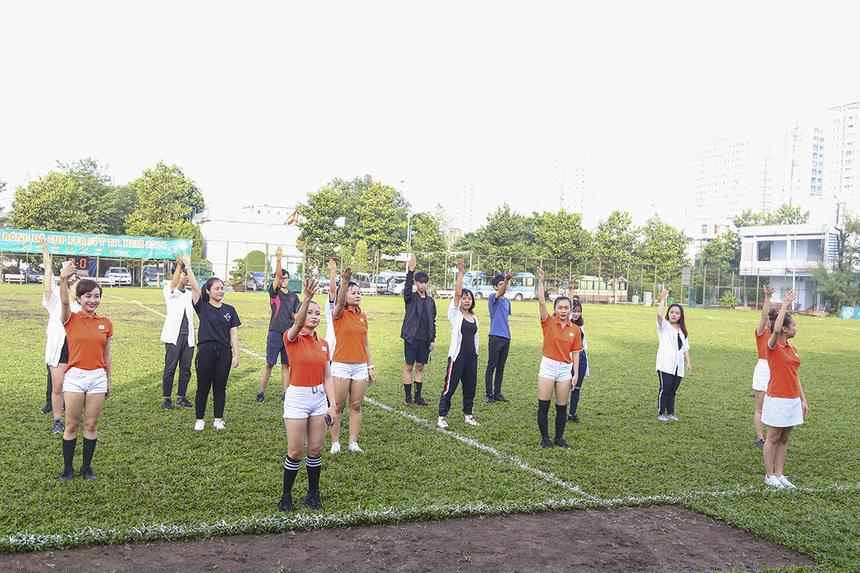 """Ngày 16/12, tại sân Công an Thành phố ở số 45 Hòa Bình, quận 11, trước khi các đội bóng bước vào trận đấu cuối cùng của giải FFA Cup là tiết mục flashmob """"Những trái tim Việt Nam"""" của các vũ công đến từ Synnex FPT và ĐH FPT để chúc mừng đội tuyển Việt Nam vừa giành chức Vô địch AFF Cup sau 10 năm chờ đợi."""