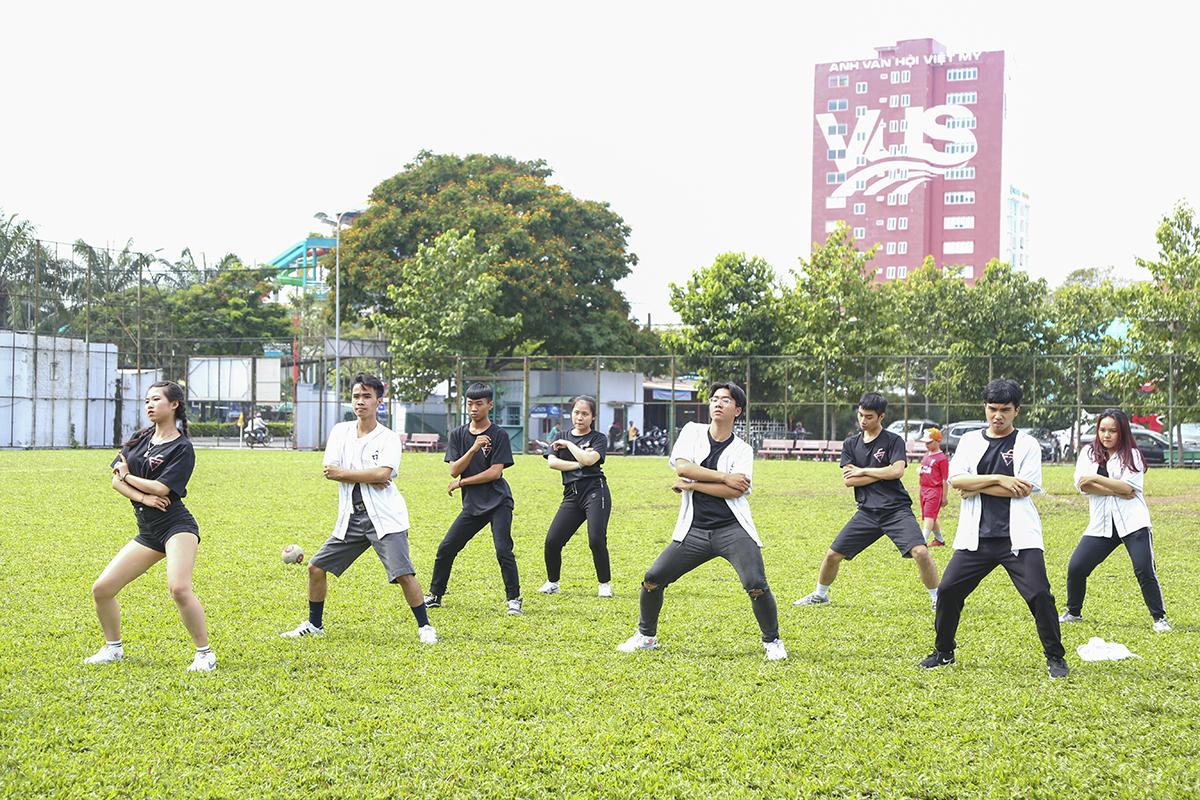 Trước khi tiến hành lễ trao giải và bế mạc giải đấu, các bạn trẻ đến từ đội nhảy ĐH FPT còn cống hiến một tiết mục nhảy hiện đại mang đậm phong cách trẻ trung, cá tính.