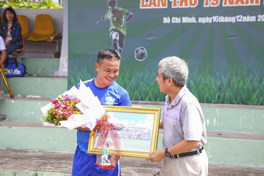 """Tổng Thư ký Liên đoàn Bóng đá FPT HCM (FFA) - anh Võ Đình Hảo, PTGĐ FPT Telecom Campuchia là """"lão tướng"""" kỳ cựu của giải đấu đã quyết định """"treo giày"""" sau mùa giải này. Với việc ghi 3 bàn thắng trong đó có 2 bàn quyết định trong cuộc đại chiến trước FPT IS, anh đã góp công lớn giúp FPT Telecom bảo vệ thành công chức Vô địch."""