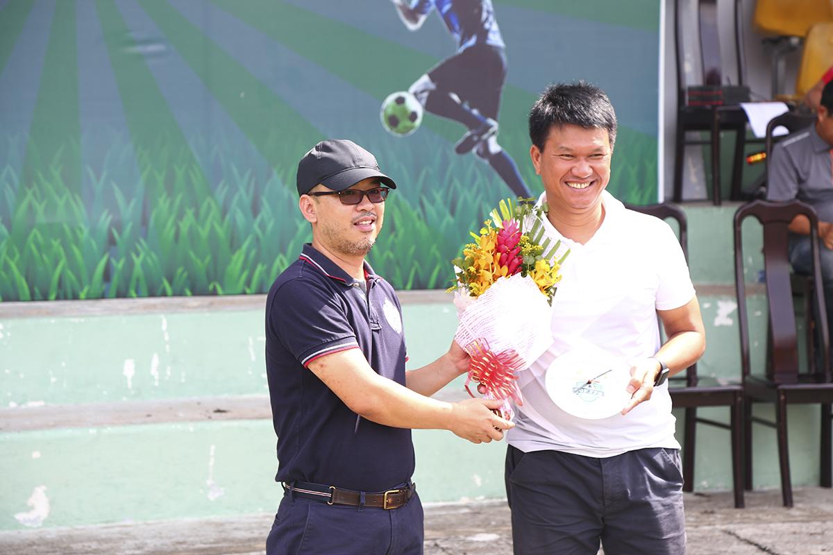 BTC cũng tiến hành trao quà lưu niệm đối với những đơn vị đã đồng hành cùng giải đấu trong gần 2 tháng tranh tài vừa qua, như: Tổ trọng tài, đơn vị quản lý sân Công an Thành phố,...