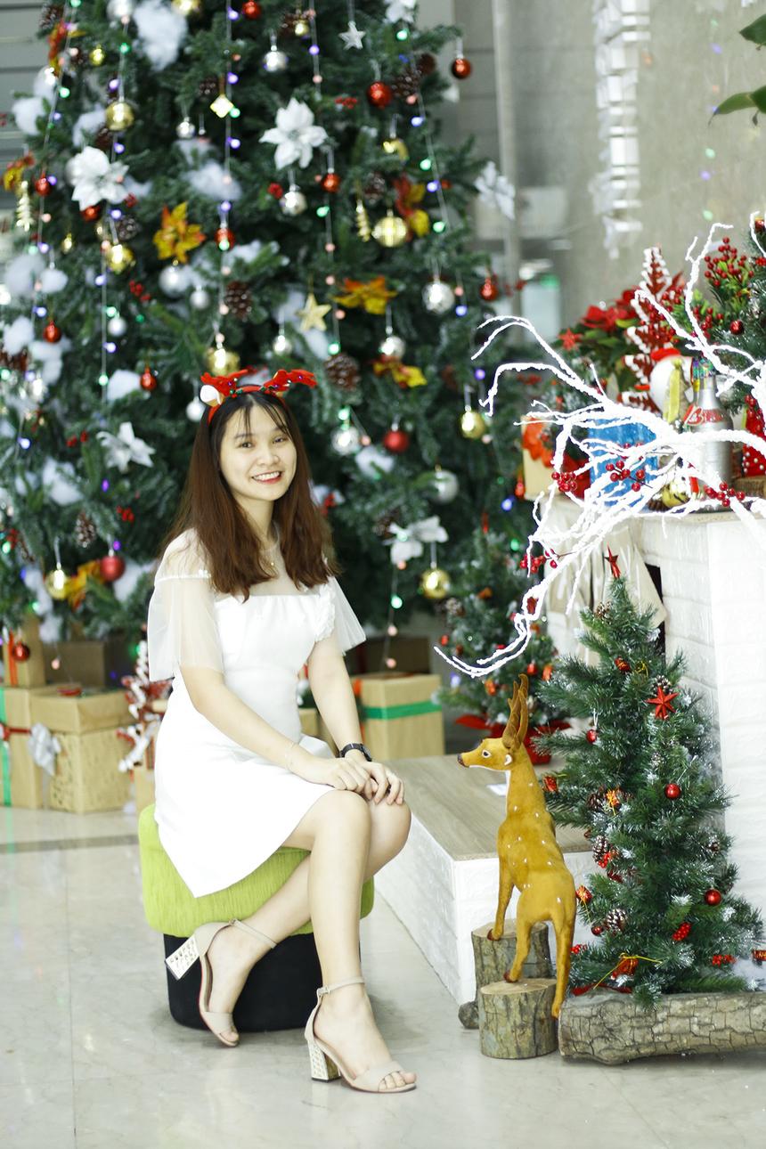 Chị Phạm Thị Thúy Hằng, Truyền hình FPT, trong bộ cánh trắng xinh như một nàng công chúa tuyết.