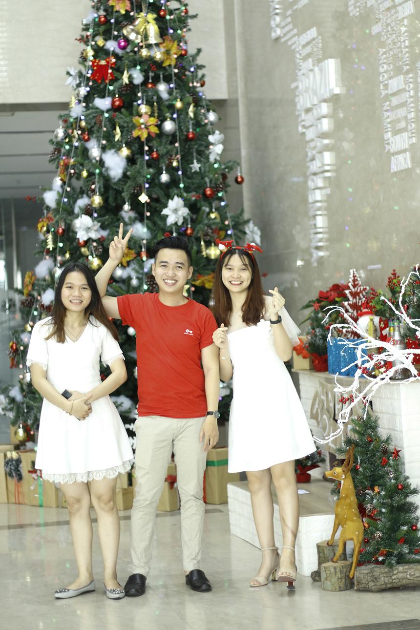 Trang phục màu trắng và đỏ luôn là sự lựa chọn hàng đầu trong mùa Giáng sinh.