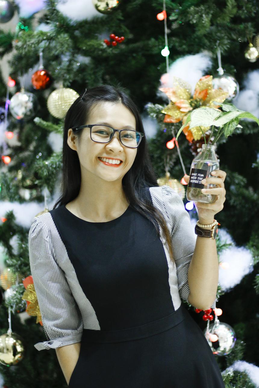 Trong khi đó, Võ Thị Lành (Phòng Hành chính FPT Telecom), cũng đã tranh thủ tạo dáng bên cây thông được điểm tô vô số quả châu lung linh rực rỡ.