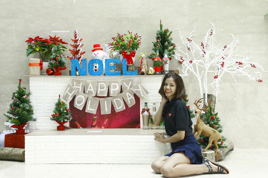 """Lò sưởi rực rỡ sắc màu là chi tiết trang trí mới mẻ của tòa nhà FPT Tân Thuận mùa Giáng sinh 2018, cũng là góc """"sống ảo"""" thu hút nhất tại tòa nhà dịp Noel năm nay."""