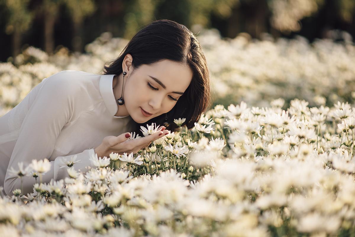 Trúc chia sẻ, từ lâu cô đã được nghe và thấy vẻ đẹp tinh khôi của cúc họa mi qua những bộ ảnh trên mạng xã hội nên ấp ủ mong muốn được ra Hà Nội vào đúng mùa hoa để có những tấm ảnh cho riêng mình. Và phải đến những ngày cuối năm nay, cô nàng mới thực hiện được điều đó.