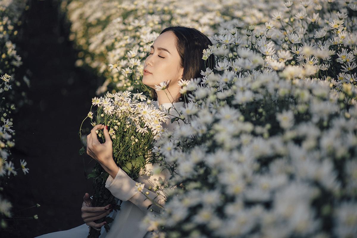 Để có được bộ ảnh này, Trúc đã tranh thủ những ngày cuối tuần để bay ra Hà Nội và có mặt từ rất sớm ở làng hoa Nhật Tân đón những tia nắng mặt trời đầu tiên và có được góc chụp đẹp nhất khi vườn hoa còn thưa thớt người đến thưởng hoa.
