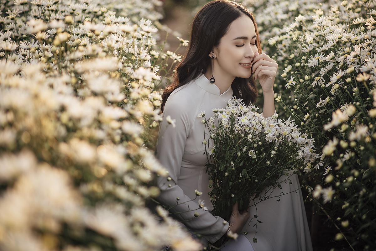 Không giống những loài hoa rực rỡ khác, cúc họa mi mang tới vẻ đẹp thanh khiết, khiến lòng người nhẹ nhàng, an yên.Những cánh hoa nhỏ bung nở ngày đầu đông, khẽ rung mình trước gió lạnh tạo nên khung cảnh nên thơ, đẹp đến nao lòng.