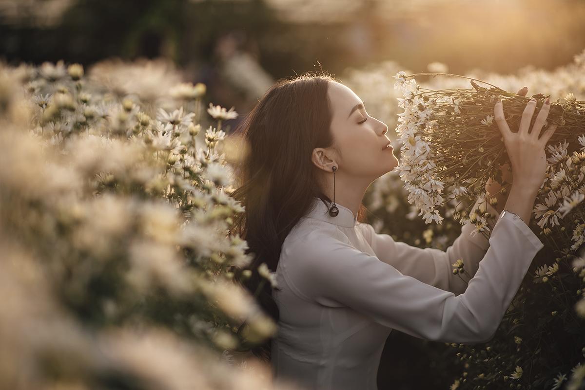 Bộ áo dài trắng đậm chất nữ sinh hòa quyện cùng màu trắng tinh khôi của cúc họa mi đã tạo nên vẻ đẹp thuần khiết cho cô nàng giảng viên nhà F xứ Tây Đô.