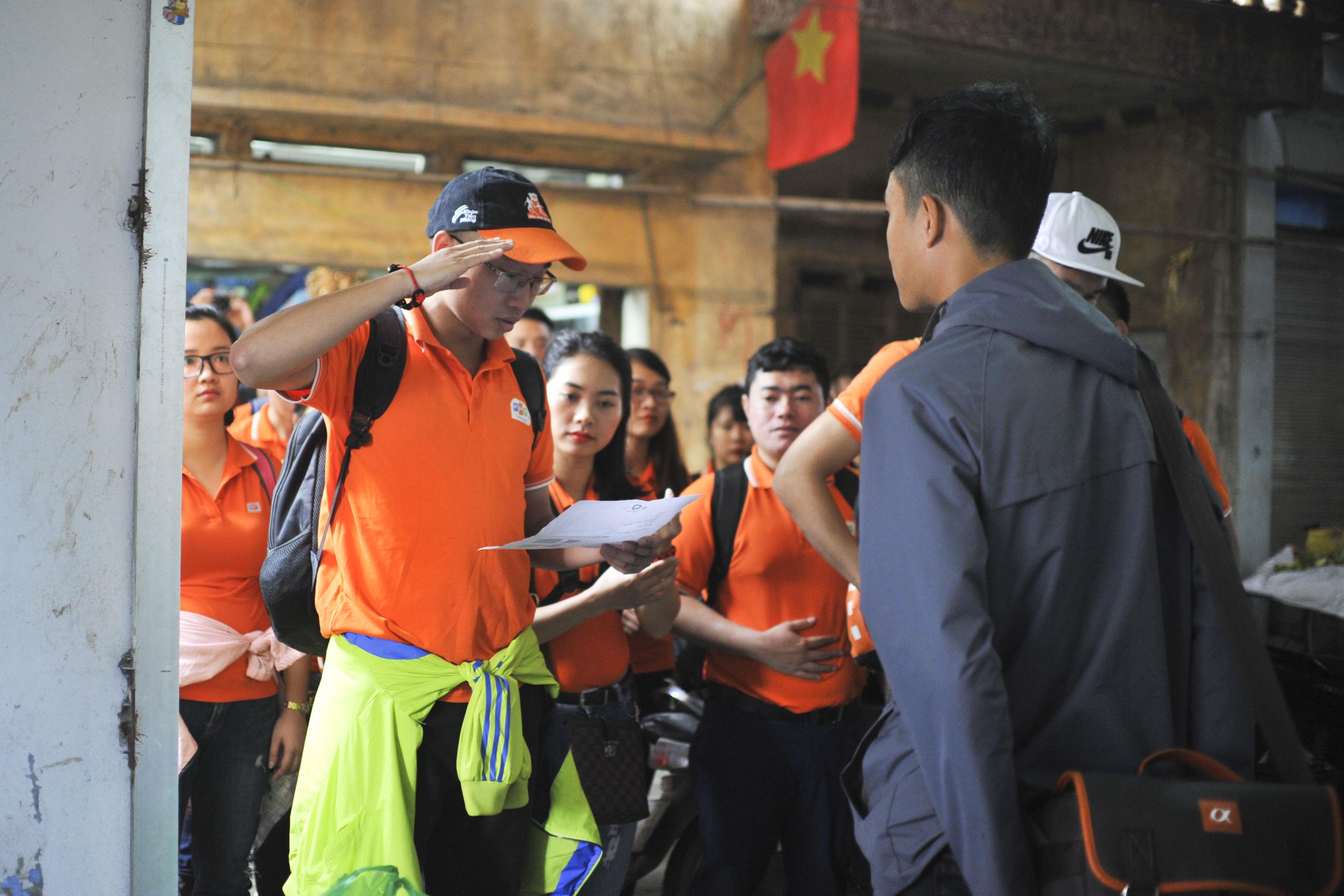 Đội 1 và đội 4 tiếp tục đồng hành cùng nhau trên chuyến xe bus đi tới địa điểm tiếp theo. Dù đang cạnh tranh khốc liệt nhưng các đội đều vui vẻ trò chuyện trong quá trình di chuyển. Ngược lại, đội 2 và đội 3 vẫn đang 'chật vật' tìm đáp án. Địa điểm lần này là chợ Yên – Mê Linh.