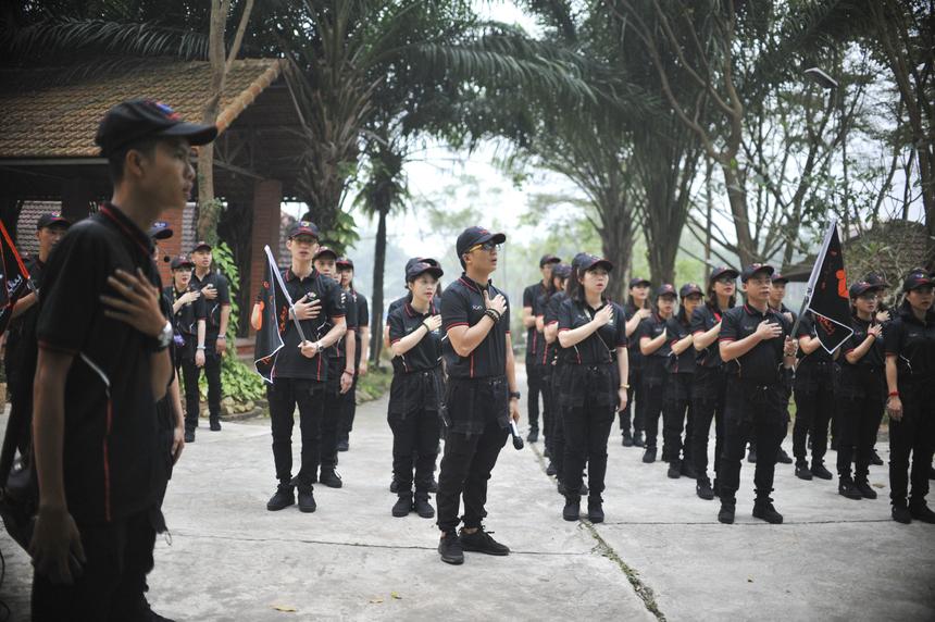 """Ngày thứ 2 của khóa Tập huấn bắt đầu vào lúc 6h sáng. Các tiểu đội tập trung thực hiện nghi thức chào cờ và hát """"Thủ lĩnh ca""""."""