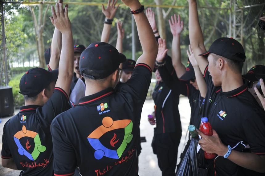 Ban tổ chức phổ biến luật chơi cho các tiểu đội trưởng trước khi bước vào cuộc đua.