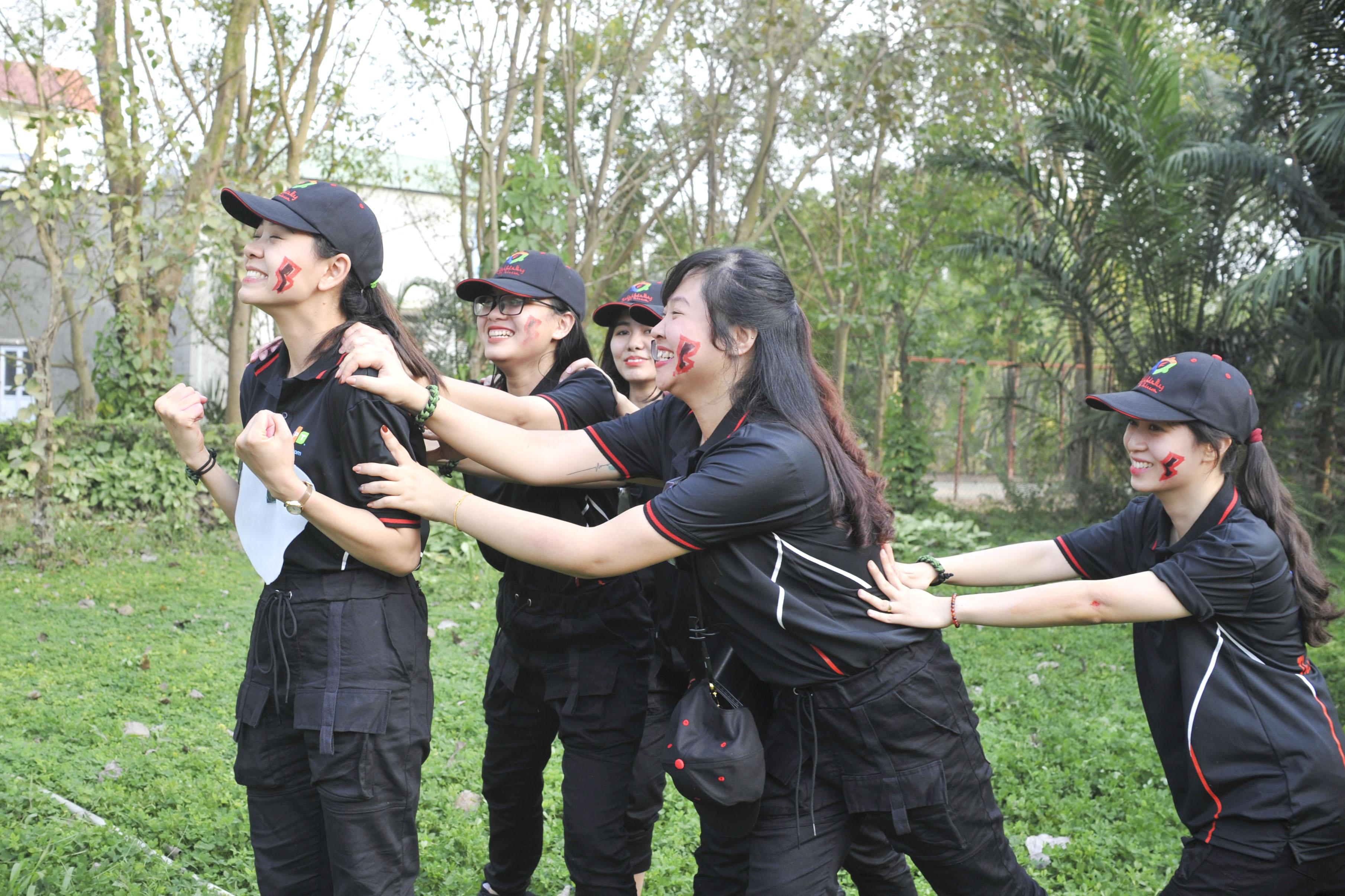 Trong khi đó tiểu đội 2 chỉ còn lại một cô gái duy nhất kiên cường chống đỡ đến cùng. Các thành viên khác đang tận lực truyền nhiệt năng cho đồng đội với hy vọng sống sót đến lúc nào hay lúc đó.