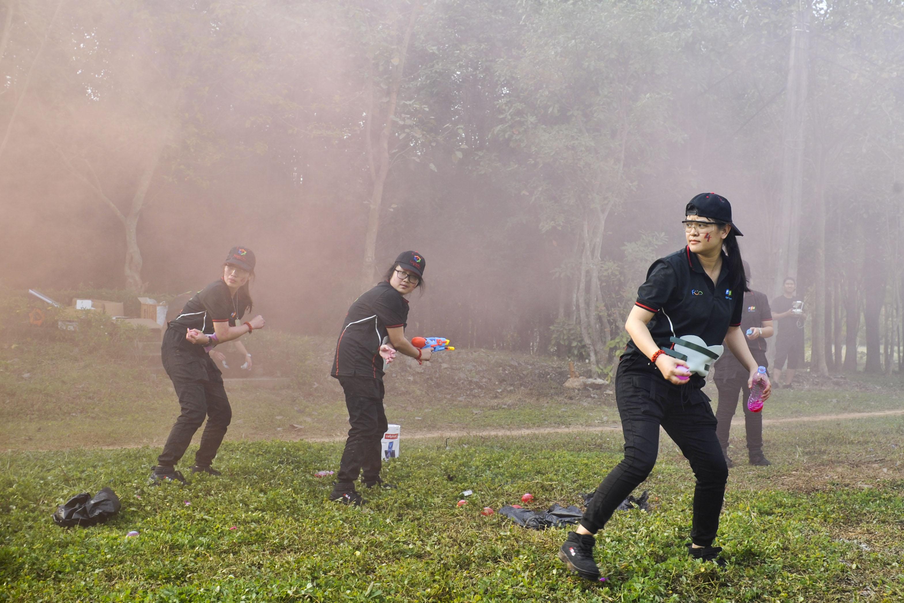 Các nữ chiến binh được giao trọng trách cầm súng ra trận dù mỗi đội chỉ có duy nhất một cây súng.