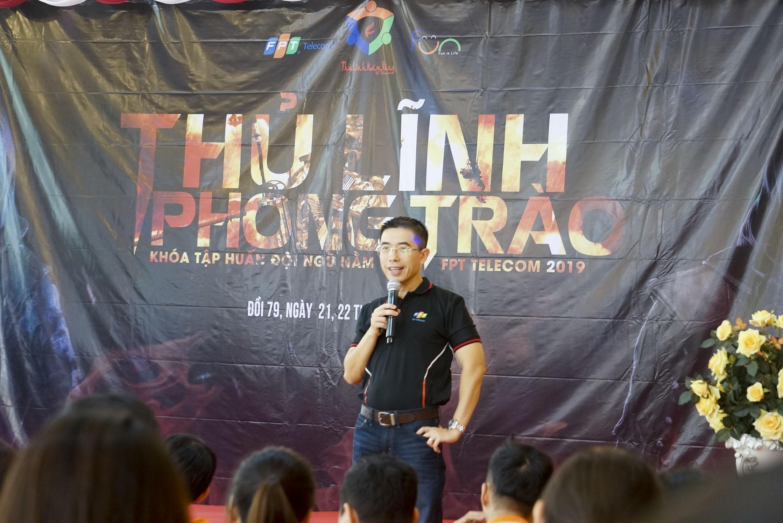 """Trải qua giờ nghỉ trưa, đầu giờ chiều, chương trình bất ngờ có sự xuất hiện của anh Hoàng Việt Anh - TGĐ FPT Telecom. Anh chia sẻ nhiều câu chuyện về văn hóa, phong trào FPT và truyền cảm hứng cho các cán bộ nằm vùng của FPT Telecom đang có mặt tại hội trường.Theo anh, những người làm phong trào ở FPT Telecom nói riêng và ở FPT nói chung đều đóng vai trò quan trọng trong việc phát triển văn hóa FPT. Thủ lĩnh phong trào chính là những """"người truyền lửa"""": """"Mỗi người phải xác định rõ ràng mục tiêu và có những lộ trình cụ thể để nâng cao trình độ của bản thân. Muốn xây dựng thương hiệu, các bạn phải tự chiêm nghiệm, tự biết mình đang ở đâu để chia sẻ với người khác. Sau đó đặt mục tiêu và vẽ ra đích đến bằng cách tự học, học hỏi thật nhiều. Tôi tin rằng với tất cả sự nỗ lực, quyết tâm và đam mê, các bạn chắc chắn sẽ không sống hoài sống phí""""."""