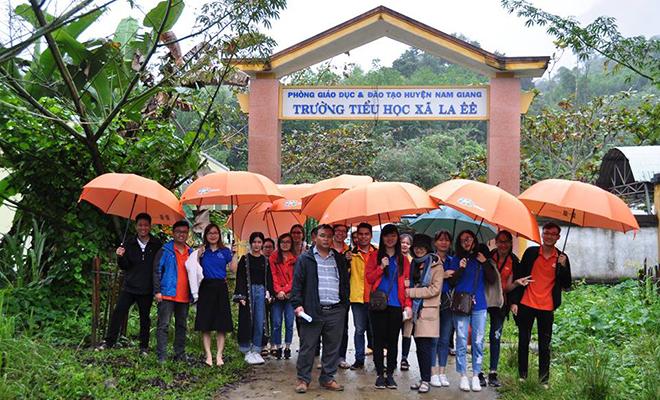 CLB thiện nguyện của FPT Software Đà Nẵng tổ chức chương trình thiện nguyện vào ngày 28-29/12 tại trường Tiểu học liên xã La Ê - Chơ Chun, huyện Nam Giang, tỉnh Quảng Nam.Bất chấp những cơn mưa nặng hạt kéo dài và 300km đường đèo, dốc khó đi, đoàn cũng đã đến được điểm trường với 100% dân tộc thiểu số.