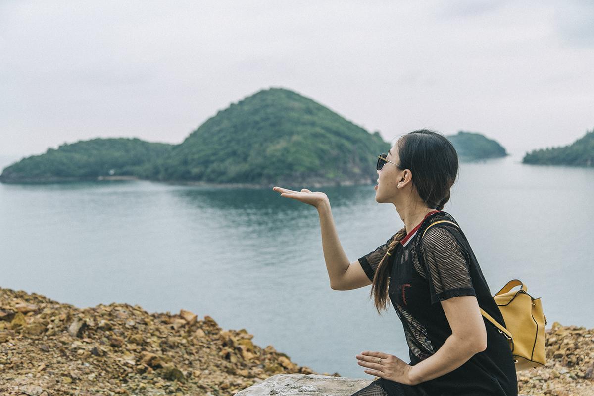 Lên ngọn hải đăng để ngắm nhìn toàn bộ khung cảnh quần đảo Nam Du như một vịnh Hạ Long phương Nam từ trên cao với nhiều đảo nhỏ nằm kề nhau. Những con đường nhiều dốc, khúc cua sẽ làm những tay lái thích sự mạo hiểm trên chiếc xe máy tự thuê hứng thú.