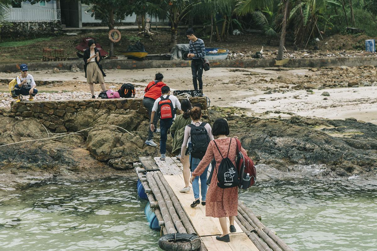 Đến gần 16h, đại gia đình cán bộ văn hóa bắt đầu đổ bộ lên đảo hòn Mấu sau khi đã khám phá các đảo và những rạng san hô xung quanh. Nơi đây chỉ có vài hộ dân sinh sống bằng nghề đánh bắt thủy sản gần bờ kết hợp với đón những đoàn khách du lịch nhỏ