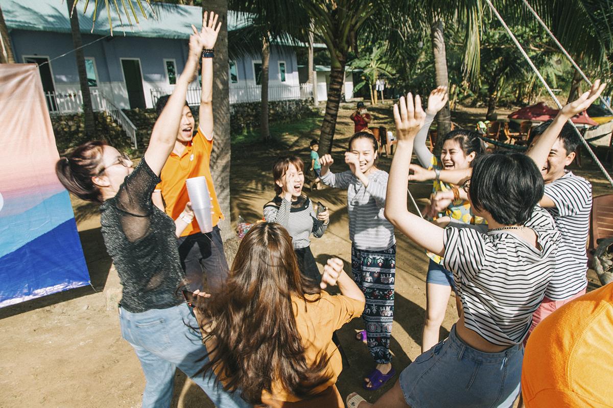"""Dù bị đánh giá bất lợi hơn khi có nhiều thành viên đã bước qua tuổi """"băm"""" đội Tarzan (đội 1) vẫn thể hiện quyết tâm rất lớn để giành chiến thắng trước những chàng trai - cô gái đang rất sung sức của đội 2."""