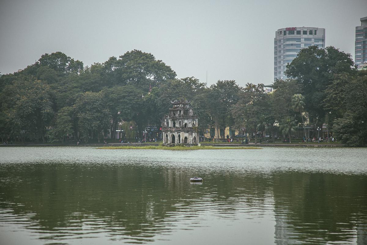 Hồ Gươm với Tháp Rùa soi bóng một màu nước xanh như ngập trong sương và đượm màu buồn của mùa đông.