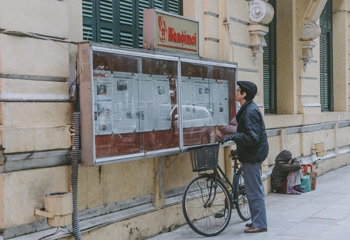 Trong cái chầm chậm, lạnh lẽo của ngày đông, những cụgià chăm chú đứng đọc tin tức thời sự chính trị từ những trang báo in được dán từ bảng tin trước tòa soạn báo Hà Nội mới nơi góc Bờ Hồ.