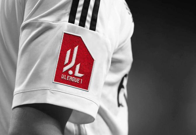 Logo khi được thêu trên tay áo cầu thủ.