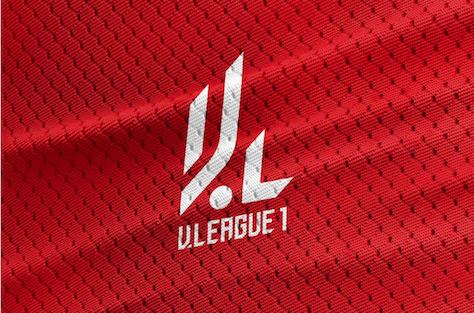 Logo với màu đỏ cách điệu từ chữ V League nhưng vẫn có thể liên tưởng đến đôi chân cầu thủ đang đi bóng.