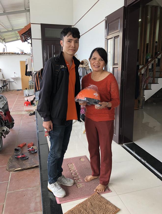 Bên cạnh làm hình ảnh, FPT Telecom Quảng Nam còn kết hợp tri ân khách hàng lâu năm và đồng hành cùng chi nhánh. Món quà được gửi tặng là những chiếc mũ bảo hiểm.
