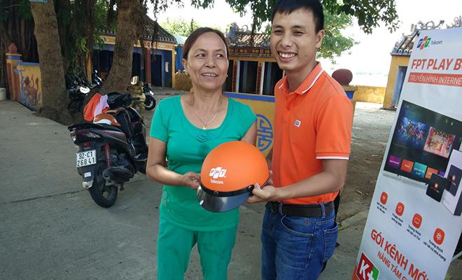 Anh Nguyễn Đức Hải, Trưởng phòng Kinh doanh FPT Telecom Quảng Nam, cho biết, món quà không nặng về vật chất nhưng thể hiện tình cảm của chi nhánh gửi tặng đến khách hàng. Chương trình tri ân còn tạo sự gắn kết, động lực để người dân sử dụng dịch vụ của FPT.
