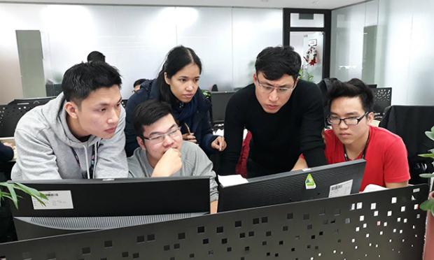 Các thành viên đội DevOps tích cực hỗ trợ từng dự án để các dự án hoạt động tốt trên hệ thống mới vừa đảm bảo được tiến độ ban đầu.