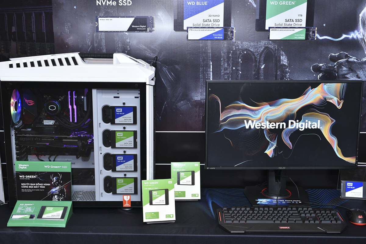 Western Digital cũng giới thiệu đến người tiêu dùng Việt Nam nền tảng lưu trữ mới mang tên JBOD và thế hệ bộ nhớ Ultrastar SSD, Ultrastar HDD, giúp tăng tốc ứng dụng, giảm thời gian truy cập cũng như phân tích dữ liệu. Ultrastar SSD (bảo hành lên tới 5 năm): bắt kịp cách mạng công nghệ 4.0 với khả năng phản hồi tuyệt vời cùng dung lượng lớn, đáp ứng các ứng dụng và lưu trữ đòi hỏi khả năng tương tác cao Sử dụng 3D MLC, 3D TLC và QLC NAND thế hệ mới cho dung lượng từ 120G đến 15,36TB Tương thích với các chuẩn SAS, SATA, NVME, khả năng chuyển đổi giữa NVMeTMU.2 or AIC HH-HL Khả năng hoạt động đến 2.5tr giờ với SSD SAS và 2tr giờ với SSD SATA