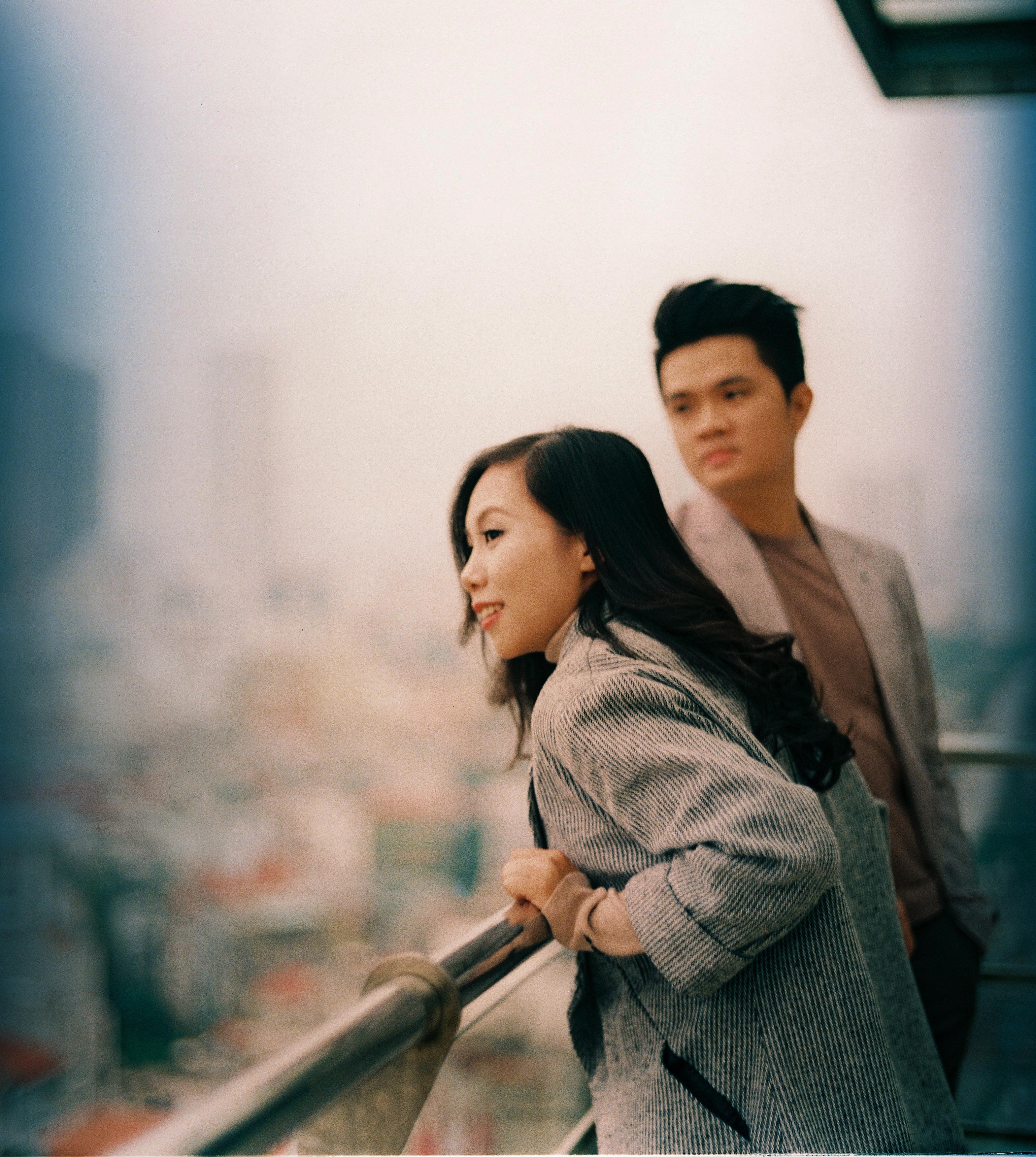Những khung hình lãng mạn mang hơi hướng điện ảnh Hong Kong thập niên 90 thế kỷ trước mà cả hai đều yêu thích.