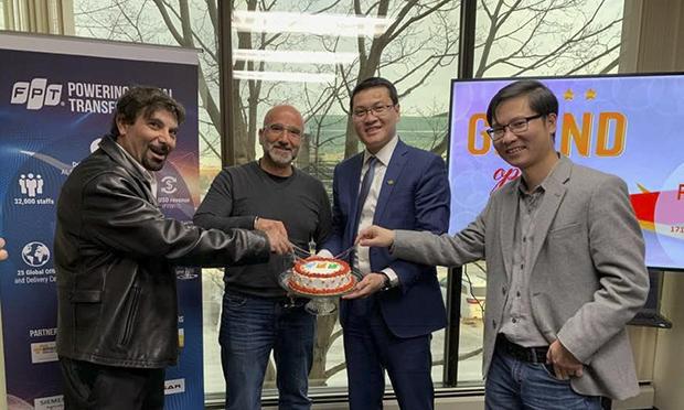 Đại diện FPT America và khách mời cắt bánh mừng khai trương văn phòng Detroit - văn phòng thứ 6 tại thủ phủ ngành công nghiệp ô tô Mỹ. Ảnh: ĐVCC.